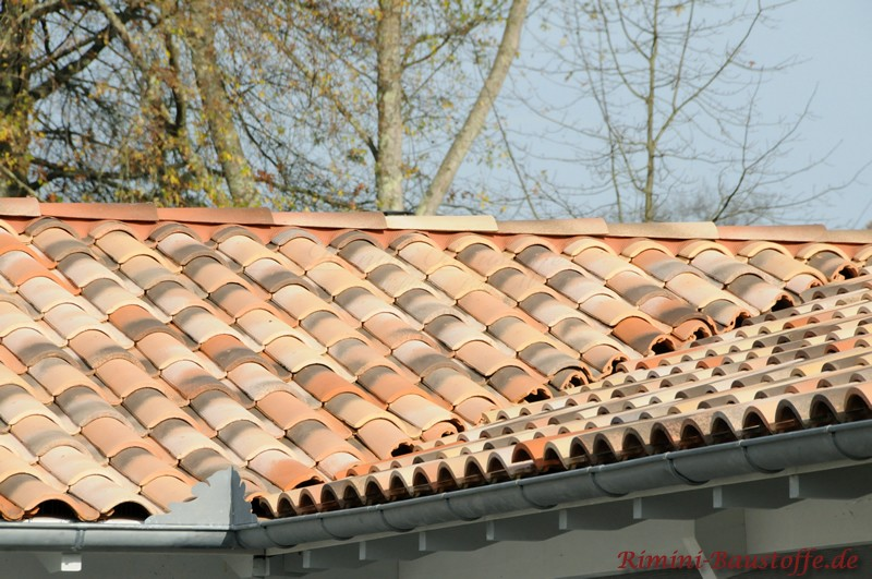 schönes kleines Dach im mediterranen Stil mit dunklen Einschlüssen um eine alte Oberfläche anzudeuten