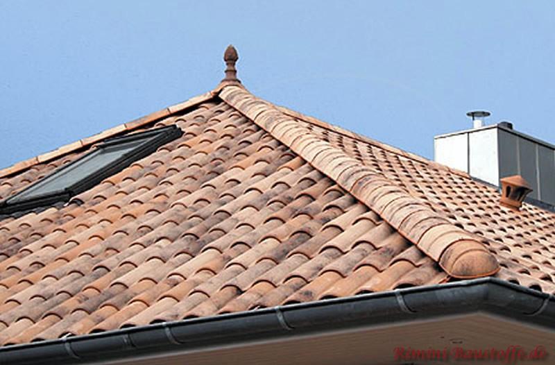 Rustikale Dachziegel die auf einem Zeltdach gelegt wurden.