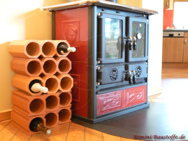 Weinregal als Dekoration neben dem Ofen