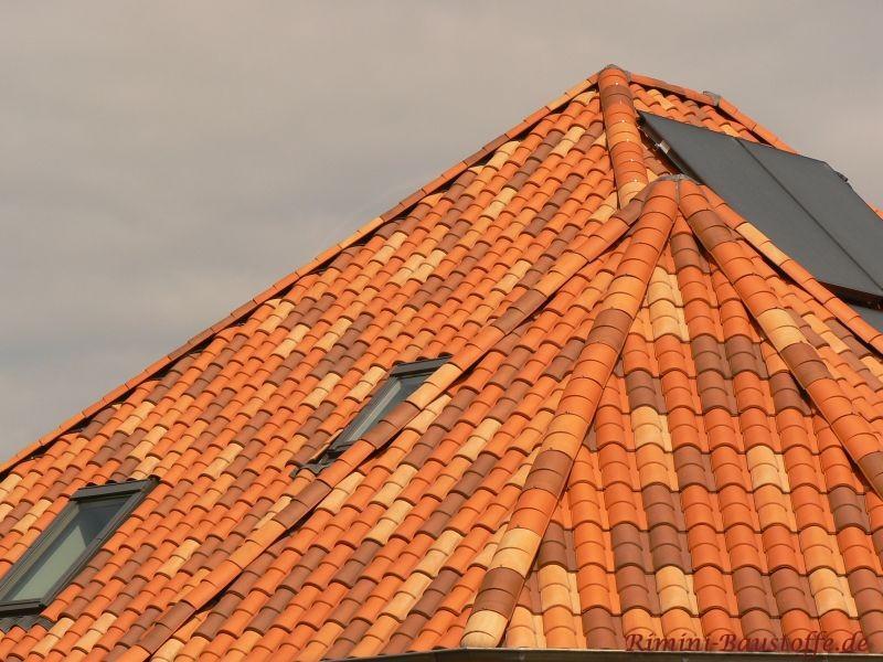 Turm mit mediterranen Dachziegeln eingedeckt