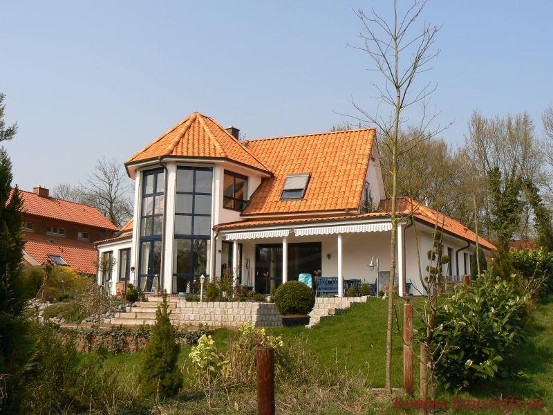 Haus mit großem rundem Wintergarten aus Glas und mediterrane Tondachziegel