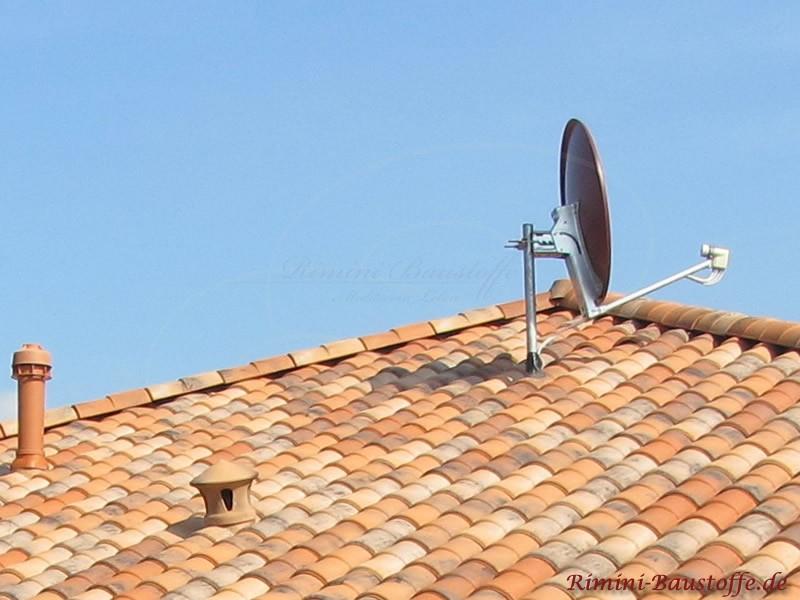 Satellitenanlage und Lüfter bei mediterranem Dach