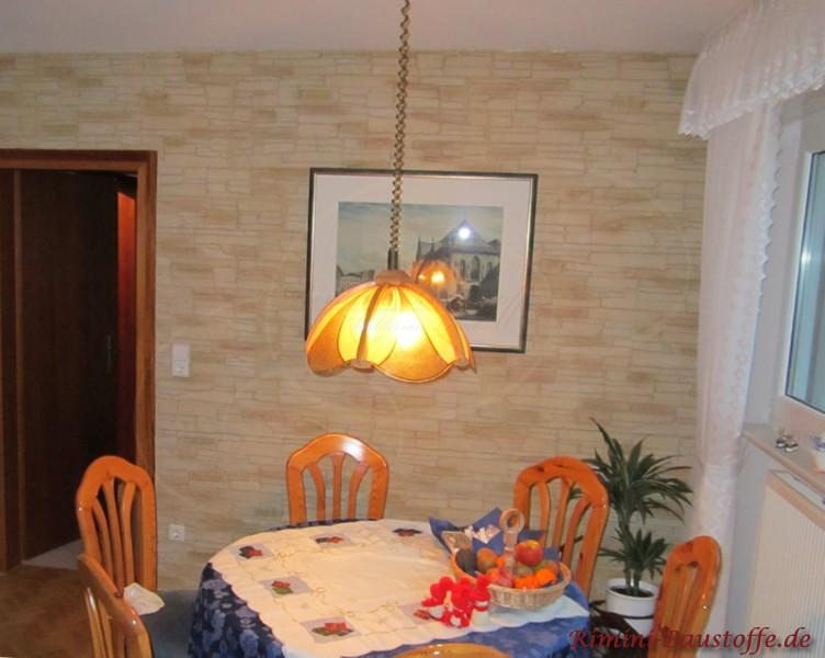 Esszimmerwand mit Wandpaneele in moderner heller Steinoptik