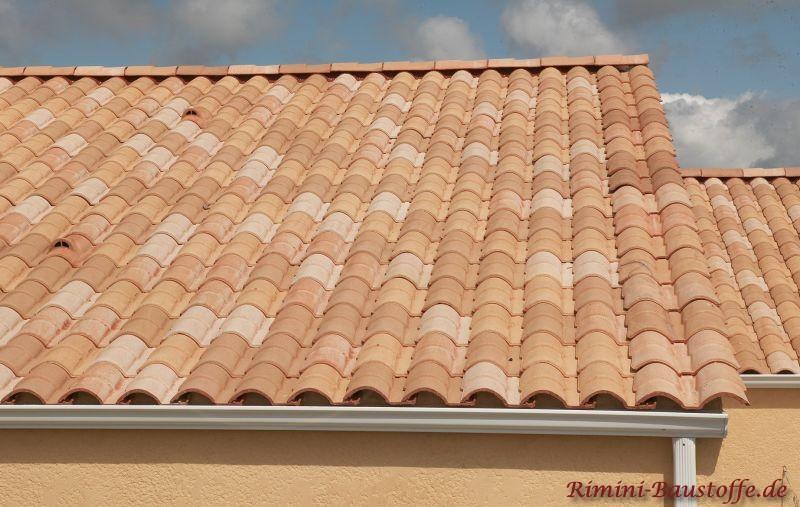 Pastelfarbenes Dach mit Eierschalenfarbenen Fassade