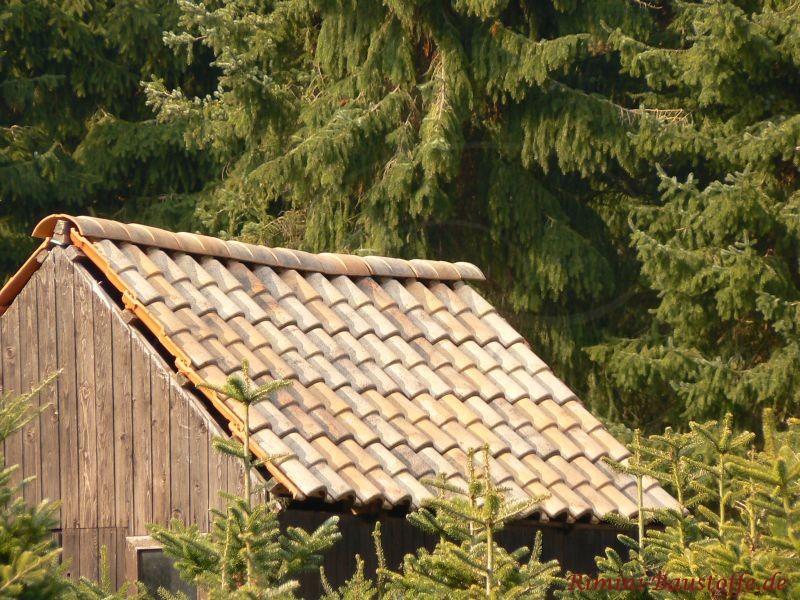 Gartenhaus aus Holz mit bunten Dachziegeln im antikem Stil