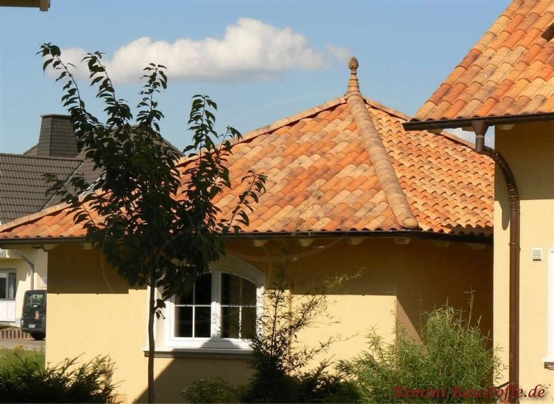 Garage mit Zeltdach und mediterranen Ziegel im Herbstlaubton