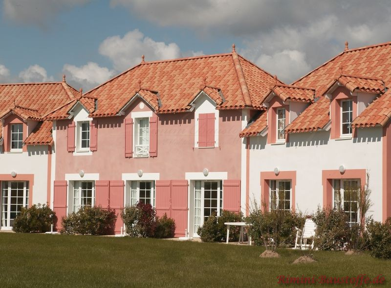 Ferienwohnung mit rosa Putz und Fensterläden