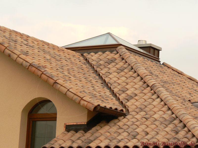Putzbau mit Zeltdach und Glaskuppel. Das Zeltdach ist mit einem mediterranem Falzziegel eingedeckt