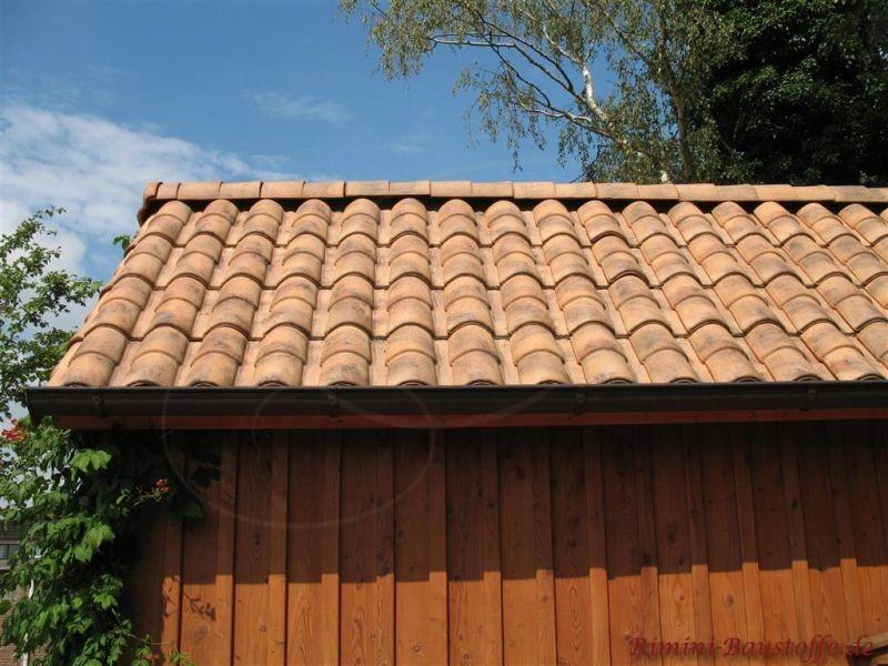 Holzcarport mit mediterranen Dachziegeln im Braunton