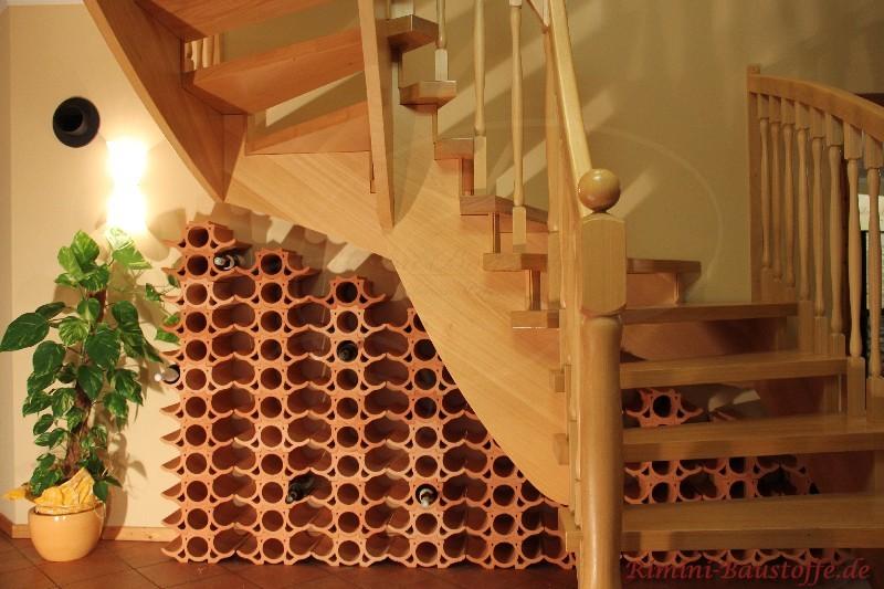 Sehr schöne Weinlagerhaltung in Tonelementen unter der Treppe