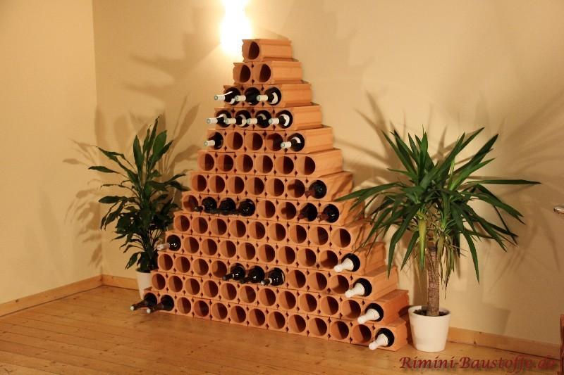 Pyramide aus Tonelementen für die professionelle Weinlagerung