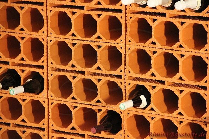 Weinlagerstein als Block für 6 Flaschen gestapelt an einer Wand