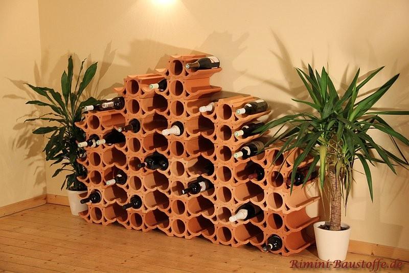 Verschiedene Turmhöhen bei dem Weinlagerregal aus Ton