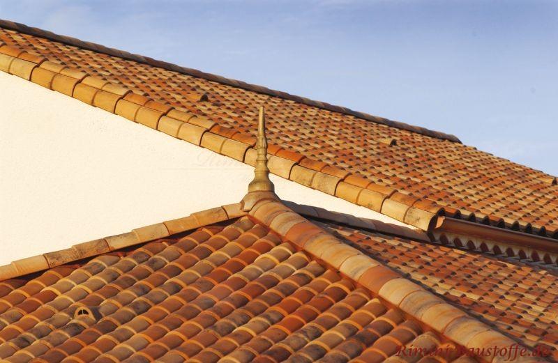 Zeltdach in zeitloser Farbe mit Zierspitze aus Ton