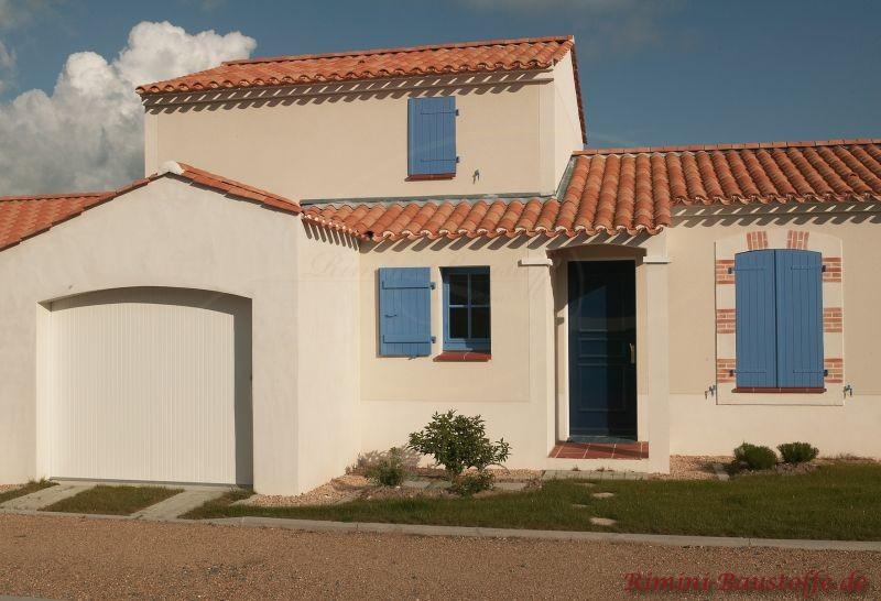 Blaue Fensterläden, weißer Putz und bunte Dachziegel