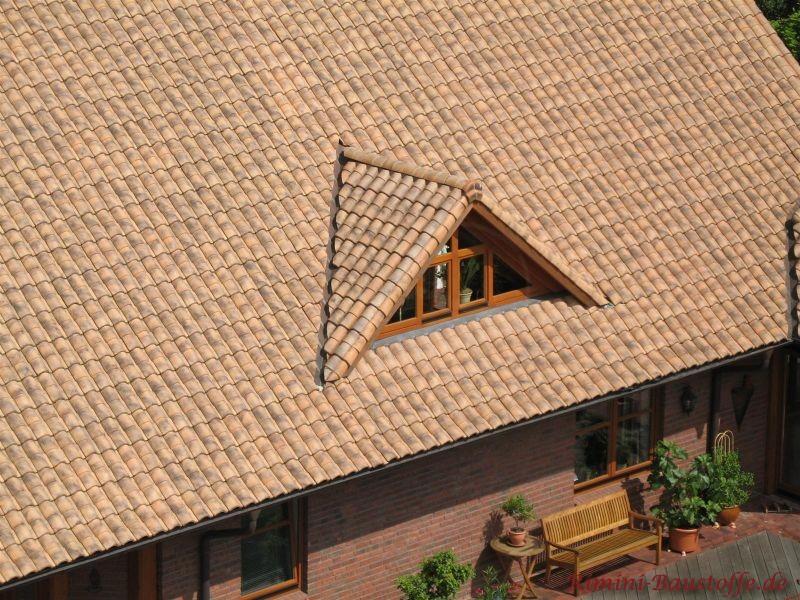 Braune Dachziegel mit kleiner Dachgaube und Klinkerfassade