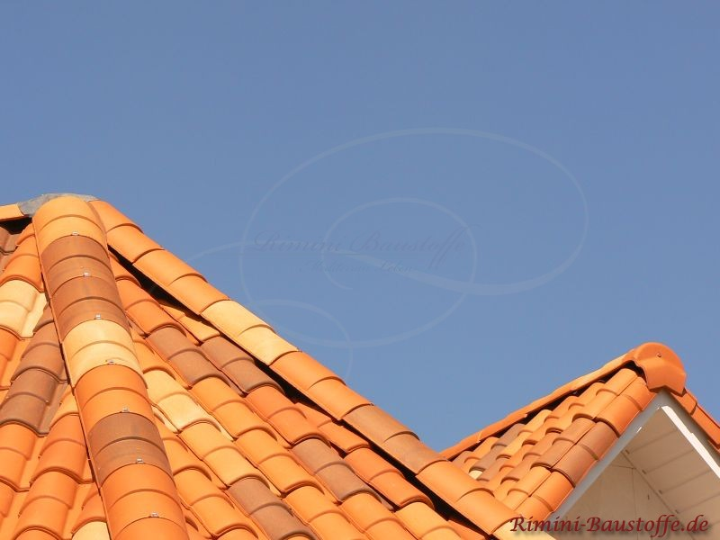 Runddach und Giebel mit bunten Dachpfannen