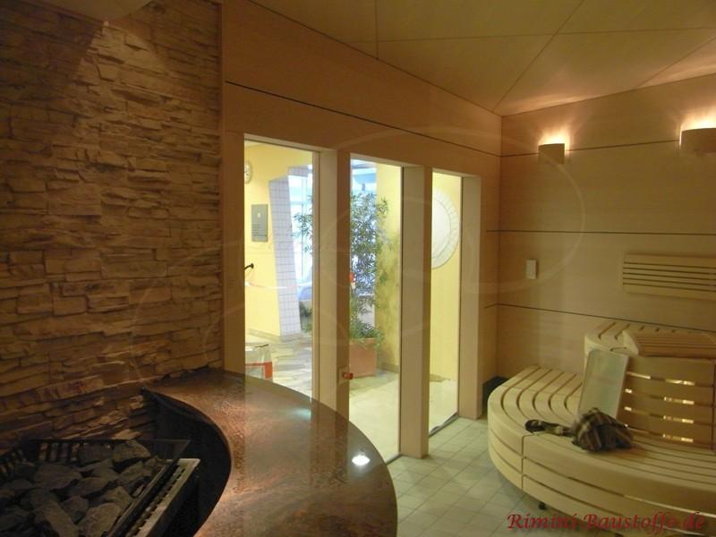 Sauna mit hellem Holz und schöner Wandverkleidung in heller Natursteinoptik