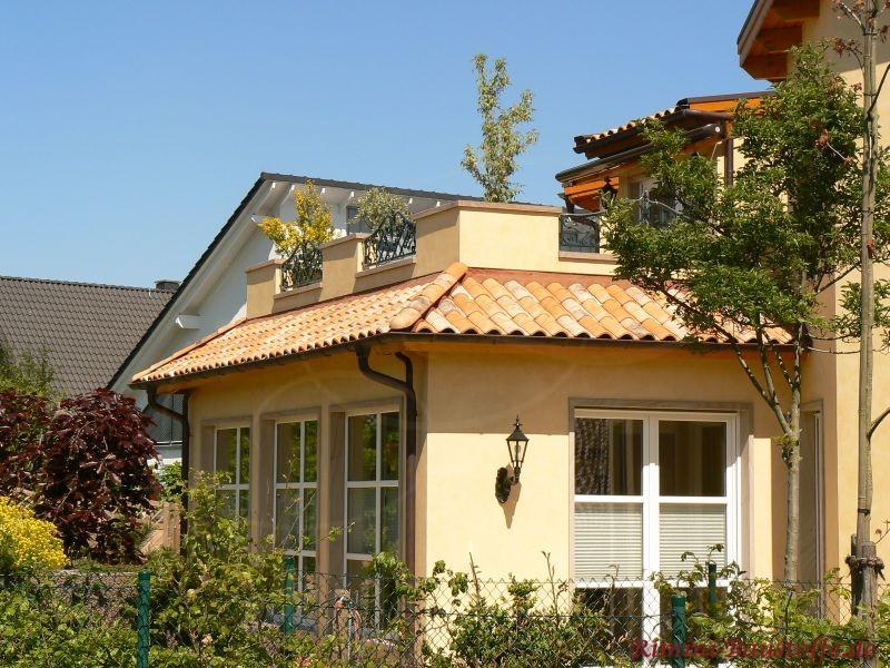 Anbau mit Balkon im Stil der französischen Provence. Es sind auch helle Sproßenfenster zu sehen