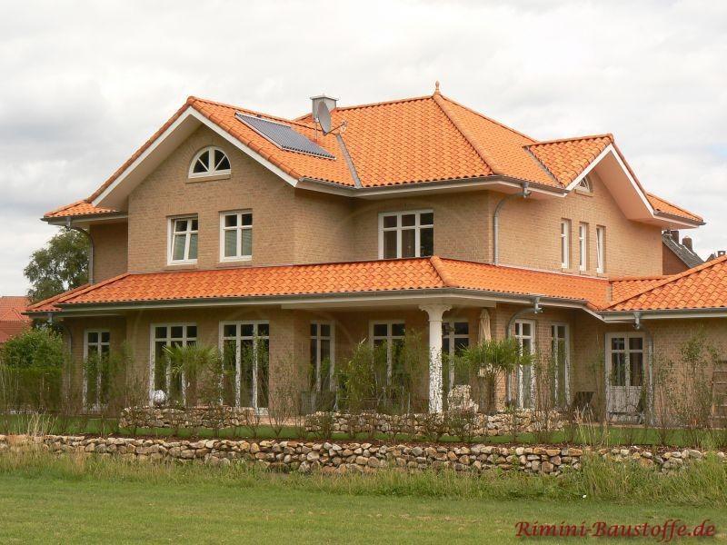 Mediterrane Stadtvilla mit Klinkerverblender und farbigen Dachziegeln in Norddeutschland