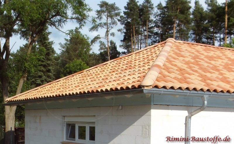 Schöne französische Dachziegel in leichten Pastelfarben