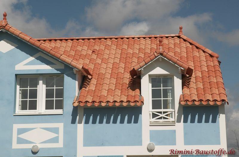 Französisches Haus mit blauer Fassade und farbigem Dach