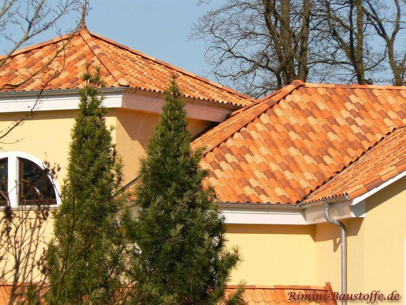 Mehrfarbige Dachziegel auf Zeltdach