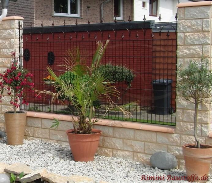 Schöne Gartenmauer im mediterranen Stil mit Mauerabdeckung aus Ton