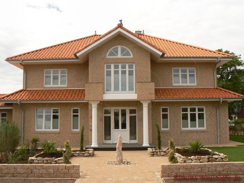 Klinkerfassade und buntes Dach