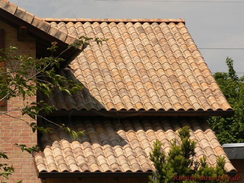 Facettendach mit mediterranen Dachziegeln