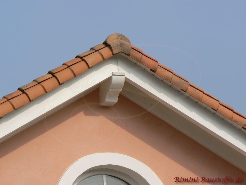 Giebel eines mediterranen Hauses mit rose Fassade