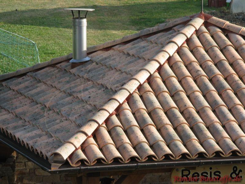 Nahaufnahme eines Zeltdaches, dass mit Dachziegeln im Mönch Nonne Stil abgedeckt ist
