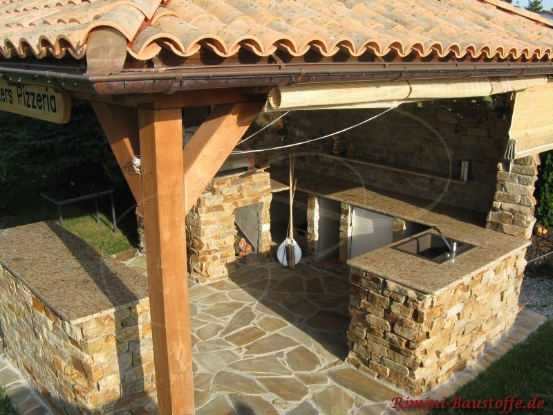 Ansicht der Traufe bei einer Mönch Nonne Dacheindeckung. Die Ziegel sind in rustikalen Farben gehalten