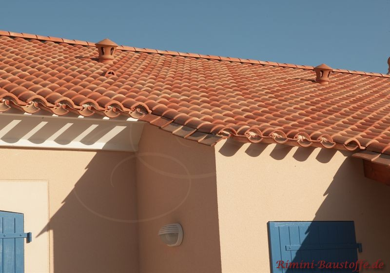 Französisches Strandhaus mit heller Fassade und blauen Fensterläden