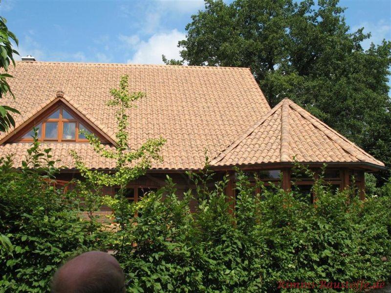 Norddeutsche Architektur mit gescheckten Dachziegeln