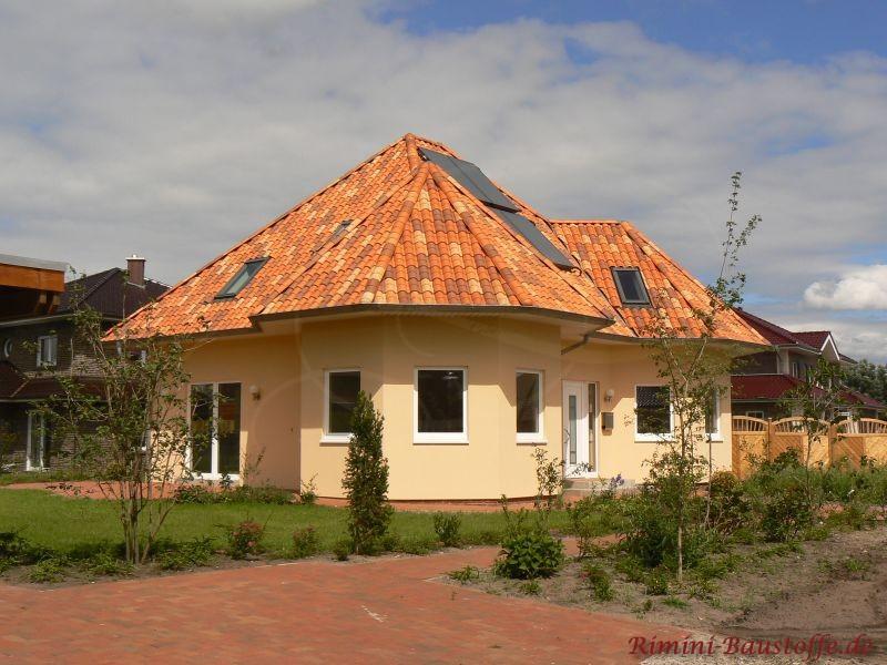 Bunte Dachziegel mit Fotovoltaik