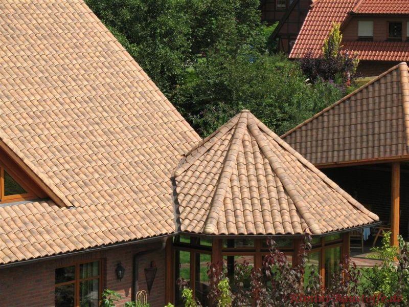 Runddach mit mediterranen Dachziegeln im braunem Farbton