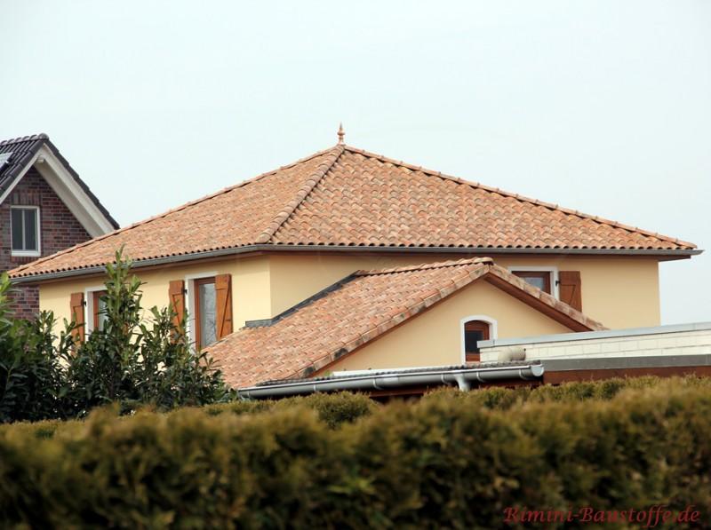 sehr schöne antike, mediterrane Dachfarbe mit roter Basis und alter Optik