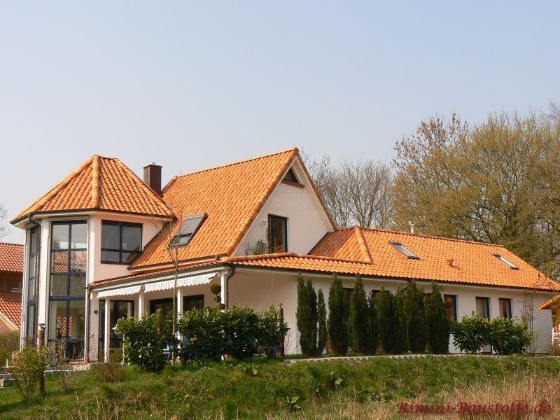 Große Stadtvilla mit heller Fassade und farbigen Dachziegeln
