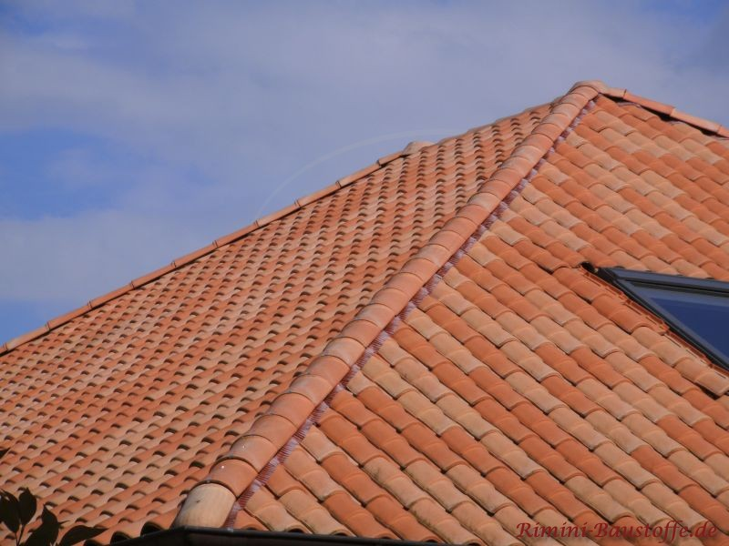 orange Dachziegel auf Walmdach