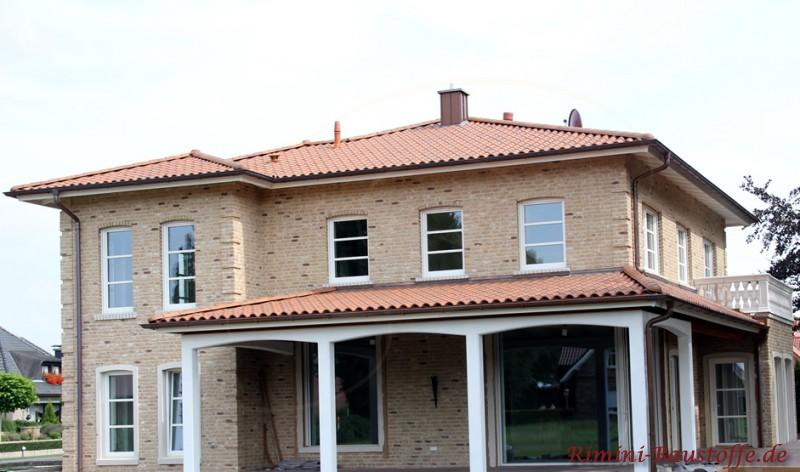 doppelgeschossiges Einfamilienhaus mit Balkon und überdachter Terrasse