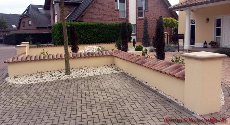 Mauerabdeckung mit einer traditionellen Halbschale mit genarbter Oberfläche