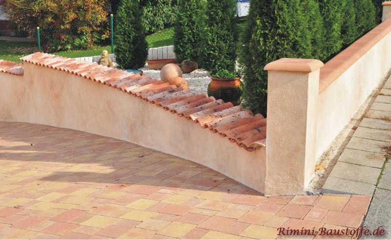 schöne mediterrane Gartenmauer aus Putz mit Pfeilern