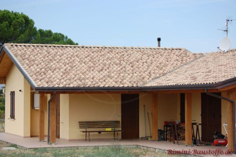 Sandfarbener Dachziegel auf einem italienischem Sattedach mit Überstand