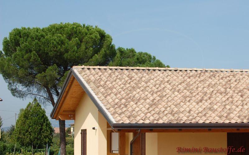 Kleines Haus mit einem naturfarbenen Dachziegel in südlicher Form.