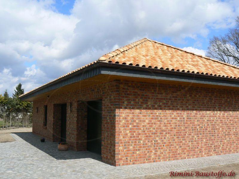 Norddeutscher Klinker mit buntem Dach. Zu sehen ist eine Garage mit Zelddach