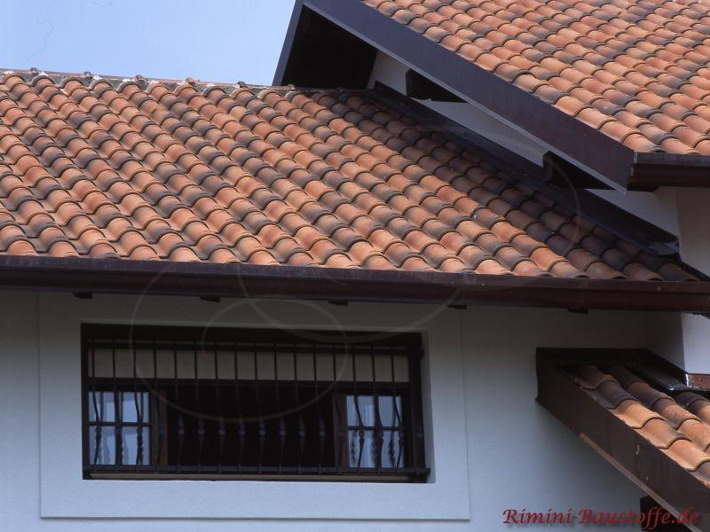 Italienisches Haus mit rot gescheckten schwarz Dachziegeln