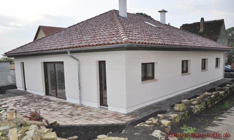 schöner gemütlicher Bungalow mit Walmdach und romanischen Dachziegeln