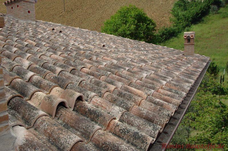 Grau weißer Dachziegel mit rustikaler Oberfläche