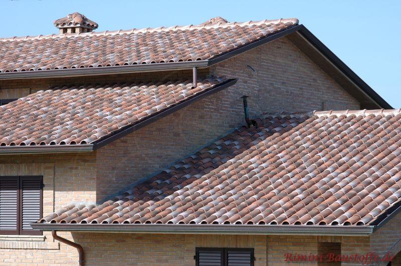 Italienisches Haus mit mehreren Dachebenen wo schöne Ziegel eingedeckt wurden